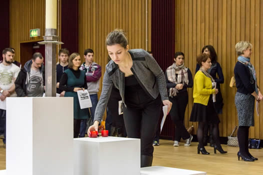 Joanna Kozicka (University of Warsaw) places a candle at the memorial